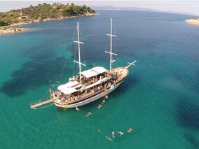 С круиз и три  дневни партита в райския залив Порто Елеа откриват първите слънчеви дни